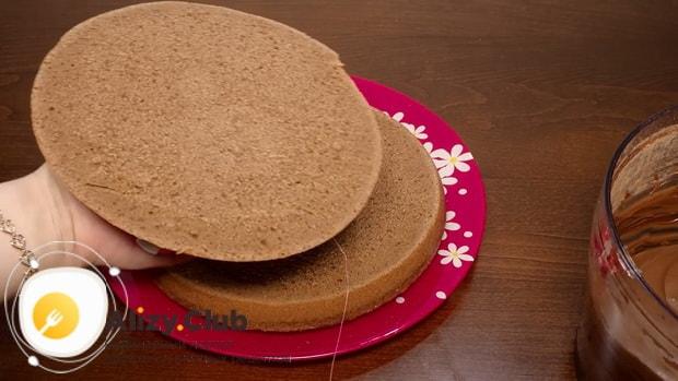 Разрежьте торт на коржи для приготовления шоколадного торт на кипятке в мультиварке