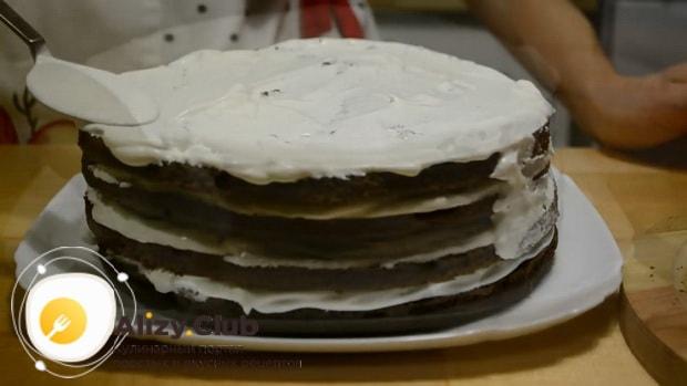 Промажьте коржи торта приготовленного на кефире кремом.