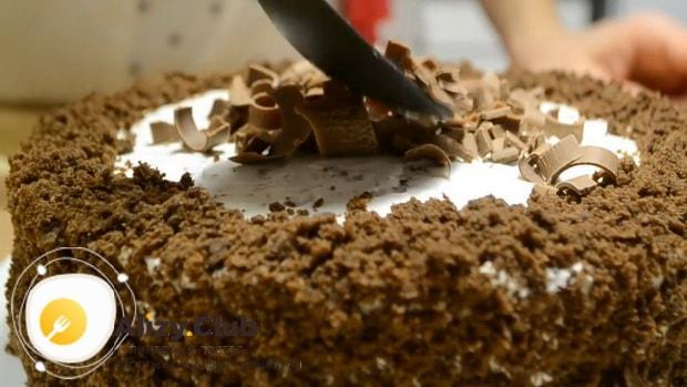 Украсьте торт приготовленный на кефире шоколадом.