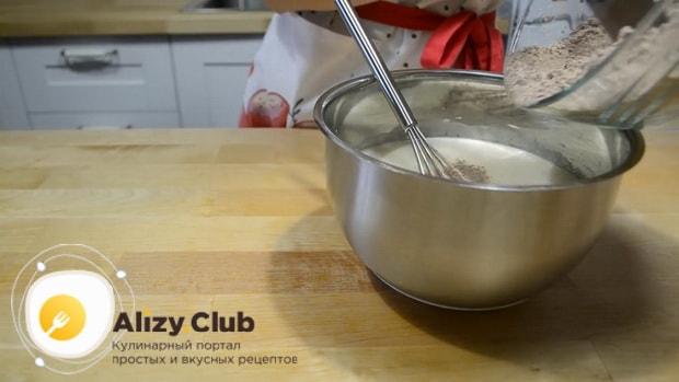 Соедините жидкие и сухие ингредиенты для приготовления торта на кефире.