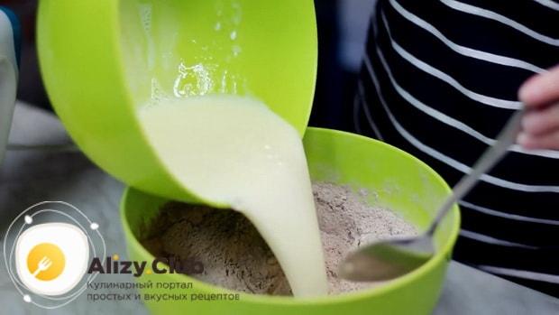 Смешайте сыпучие и жидкие ингредиенты для приготовления шоколадного торта на сковороде