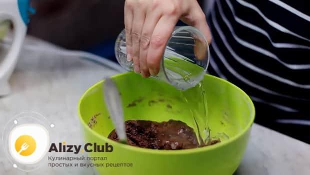 Шоколадный торт на сковороде готовится с добавлением кипятка.