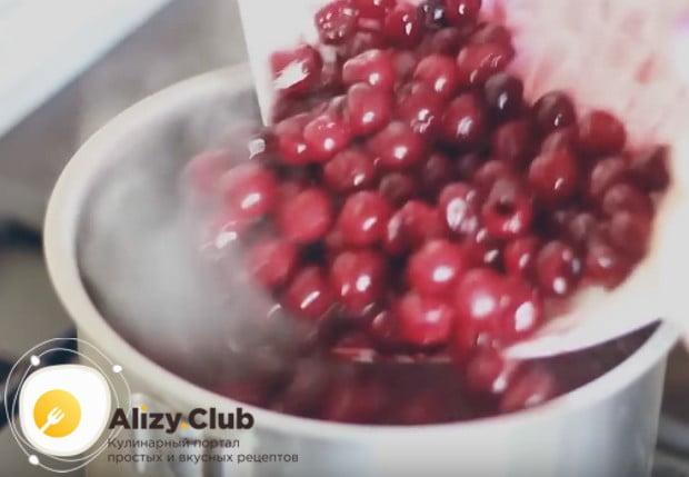Когда смесь загустеет, добавляем в нее вишни.
