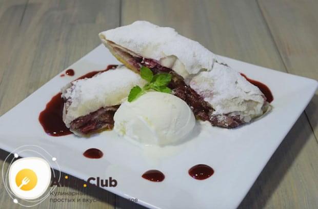 Приготовленный по такому рецепту вишневый штрудель из слоеного теста можно подавать с шариком мороженого.