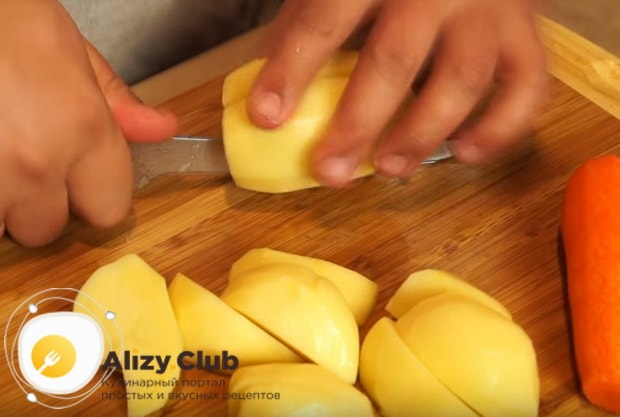 крупно нарезаем картошку