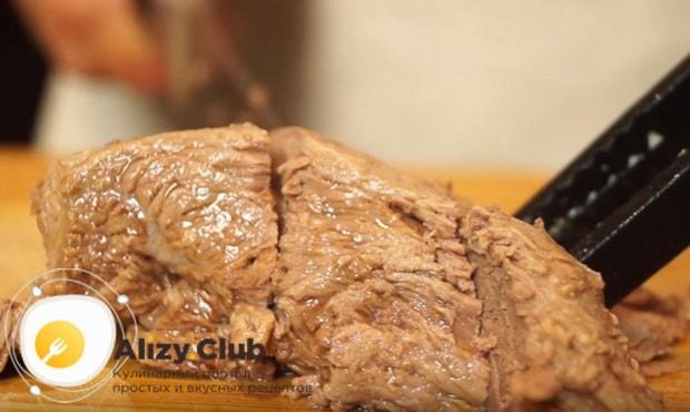 нарезаем отваренное мясо