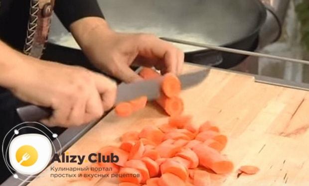 морковь нарезаем кольцами