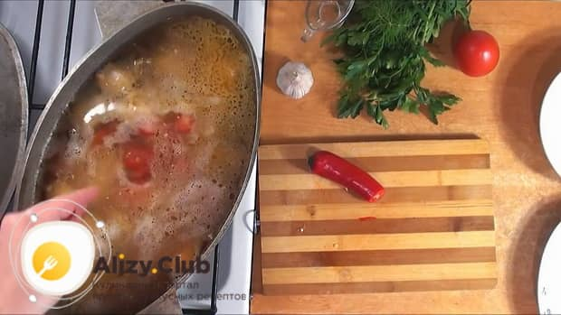 Для приготовления шурпы из свинины добавляем специи.