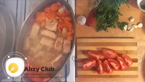 Для приготовления шурпы из свинины нарезаем помидоры.