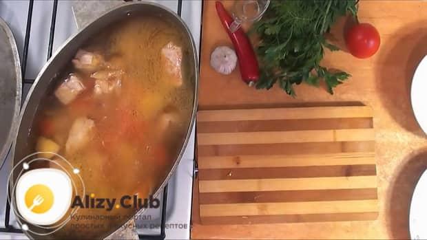 Для приготовления шурпы из свинины добавляем воду.