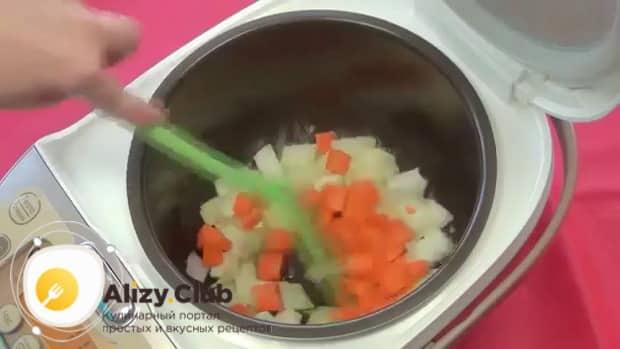 Для приготовления картофельного супа в мультиварке обжарьте овощи.
