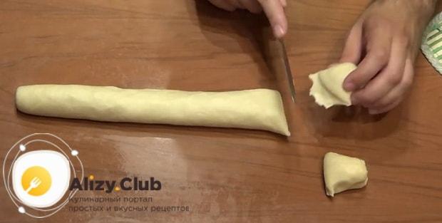 Разрежьте тесто на пиве для печенья на кусочки.