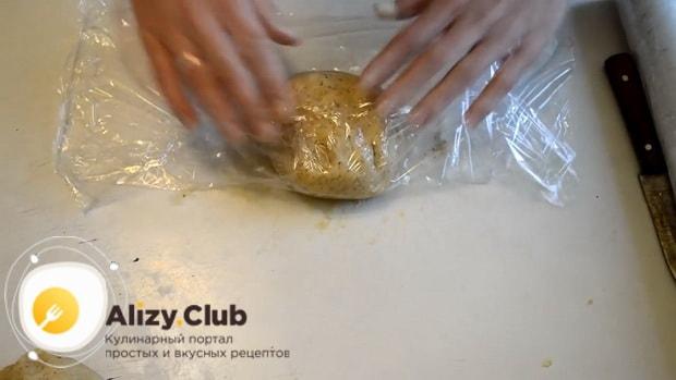 Для приготовления сахарного печенья по простому рецепту, положите тесто в холодильник.