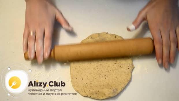 Для приготовления сахарного печенья по простому рецепту, раскатайте тесто.