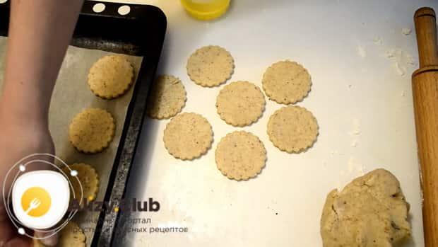 Для приготовления сахарного печенья по простому рецепту, выдавите печенье при помощи специальной формы.