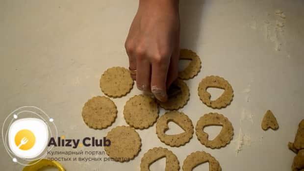 Для приготовления сахарного печенья по простому рецепту, выдавите сердечки.