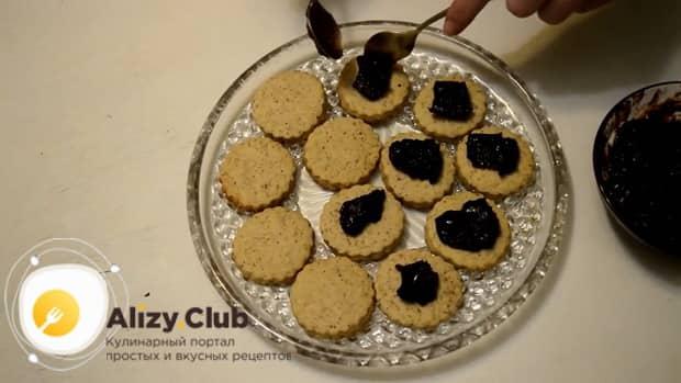 Для приготовления сахарного печенья по простому рецепту, смажьте джемом