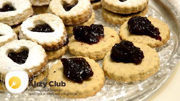 Для приготовления сахарного печенья по простому рецепту, соберите печенье.
