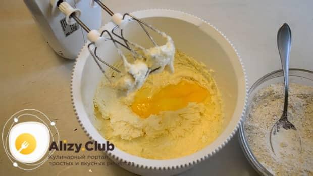Для приготовления сахарного печенья по простому рецепту, добавьте яйца в масляную смесь.