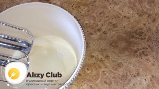 120 г готовой пшеничной закваски смешиваем в чаше миксера с 40 мл молока