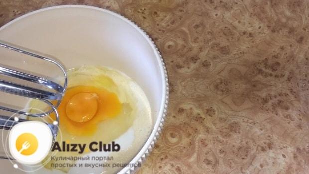 добавляем 2 яйца