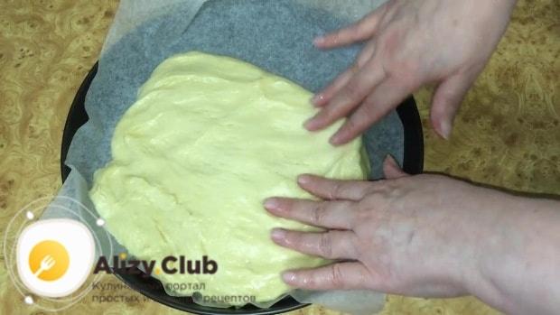 Разравниваем тесто руками по всей поверхности формы