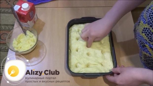 После того как тесто подошло, делаем в нем пальцем углубления
