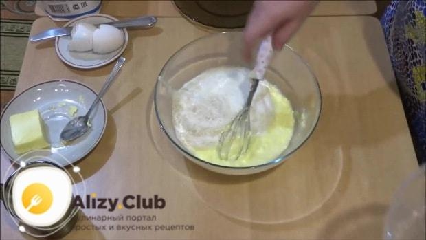 добавляем к масляно-яичной смеси опару
