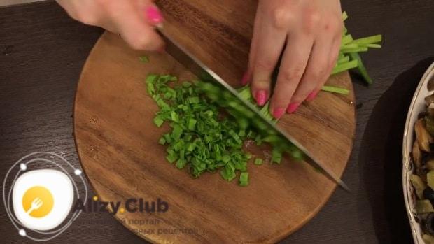 Пучок зеленого лука режем как можно мельче