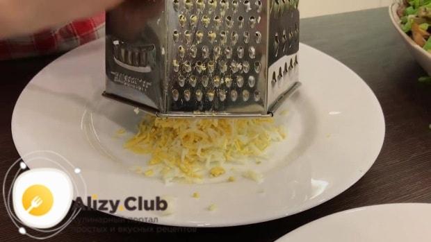 Натираем на терке 5 яиц