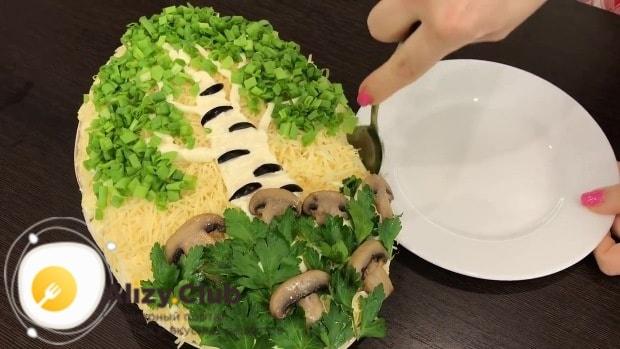Внизу тарелки делаем из листиков петрушки травку