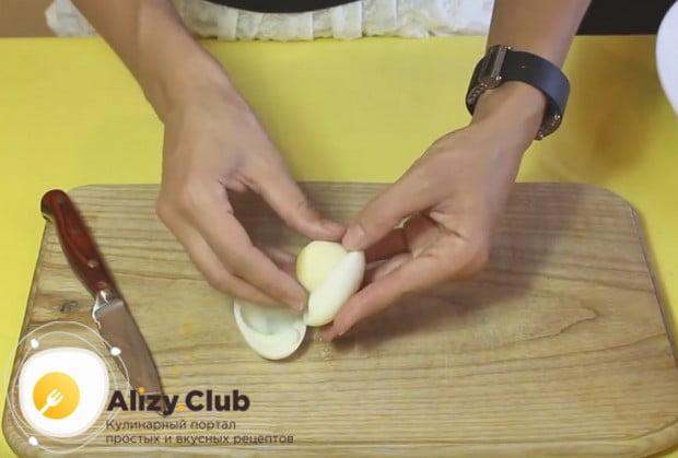 Отваренные вкрутую яйца разделяем на белки и желтки.