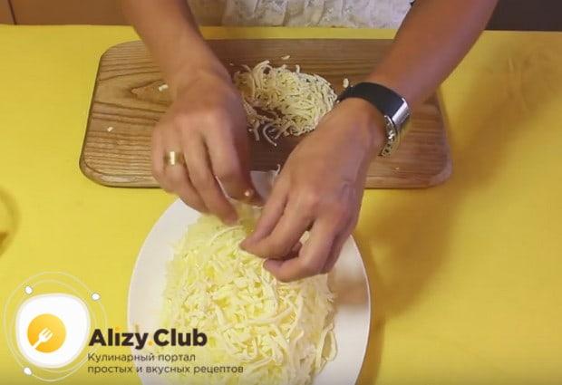сыр выкладываем поверх яблока, распределяя по всей поверхности салата.