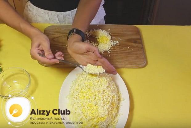 Аккуратно присыпаем салат желтками.