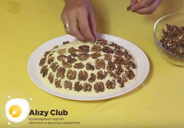 Традиционно салат Черепаха готовится с курицей и грецкими орехами.