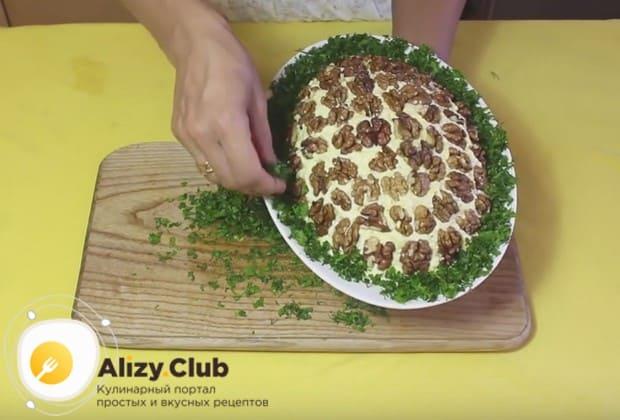По периметру украшаем блюдо измельченной свежей зеленью.