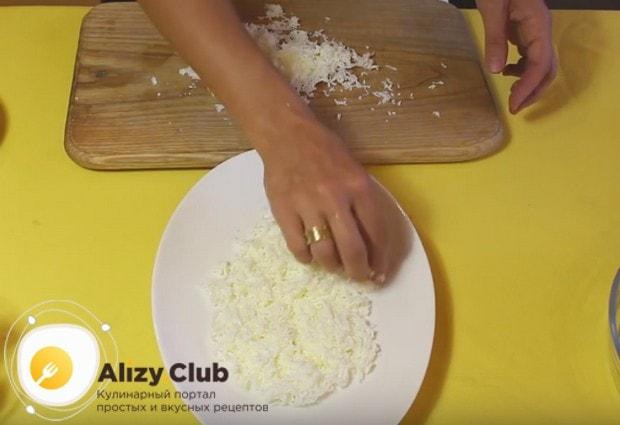 Ровным слоем выкладываем белки на красивое блюдо.