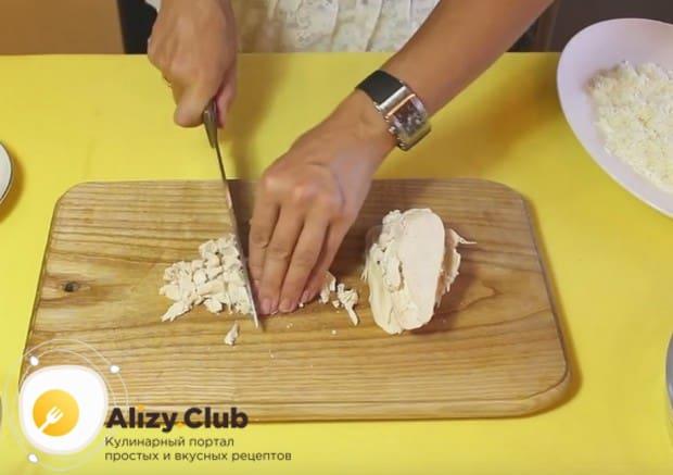 Мелко нарезаем отваренное куриное филе.