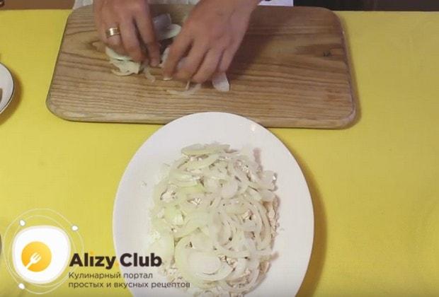 Ровным слоем выкладываем лук поверх мяса.