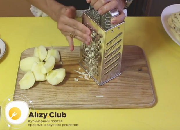 на крупной терке натираем очищенное от кожуры и сердцевины яблоко.