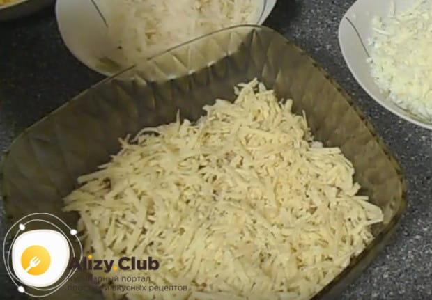 Выкладываем слой натертого на крупной терке сыра.