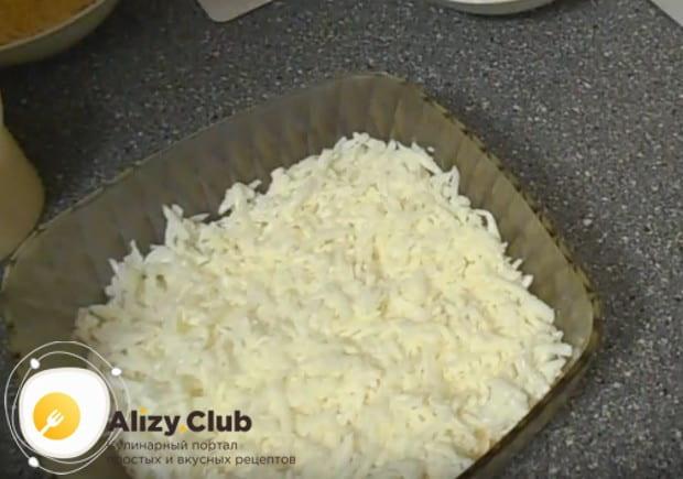 Ровным слоем выкладываем в салатницу белки.