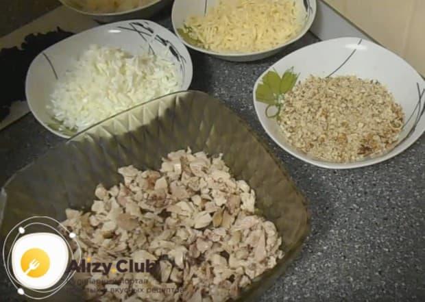 Мелко режем мясо и кладем на дно салатницы.