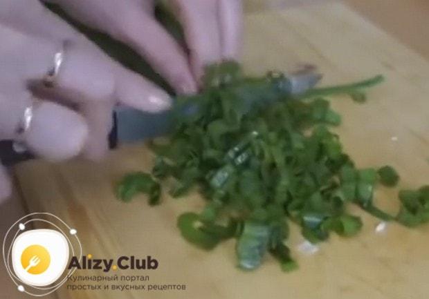 Ножом измельчаем зеленый лук.