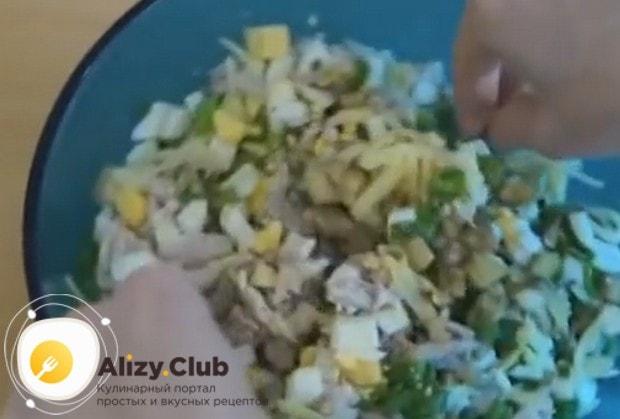 Выкладываем все нарезанные ингредиенты в миску и перемешиваем.