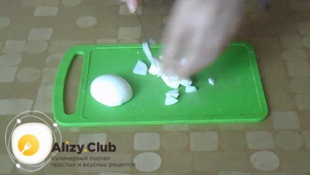 Для приготовления салата красная шапочка, нарежьте яйца.