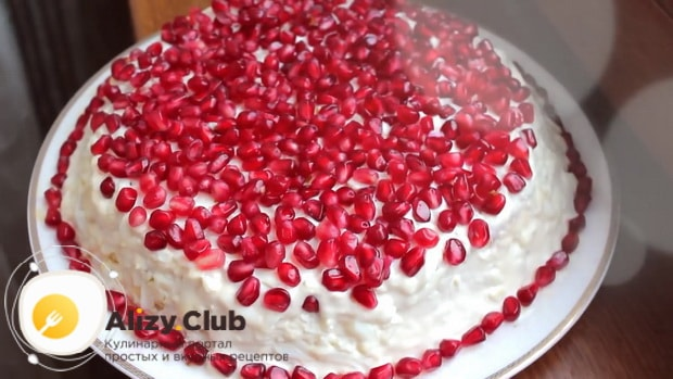 Украсьте салат красная шапочка ягодами граната.