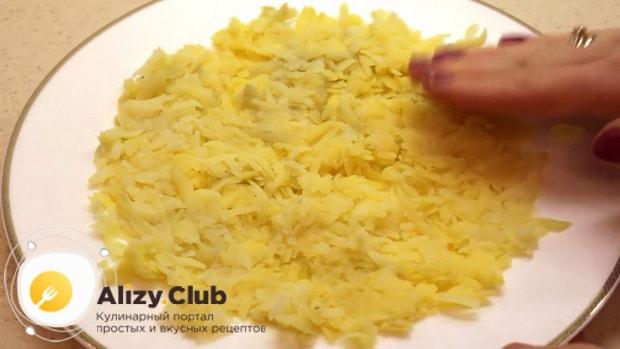 Для приготовления салата красная шапочка, выложите картофель в тарелку.