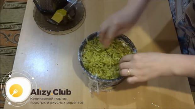 По рецепту для приготовления салата лесная поляна, нарежьте огурцы.