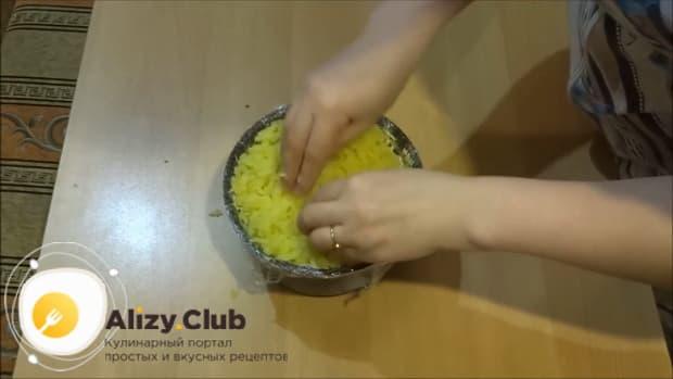 По рецепту для приготовления салата лесная поляна, натрите картофель.